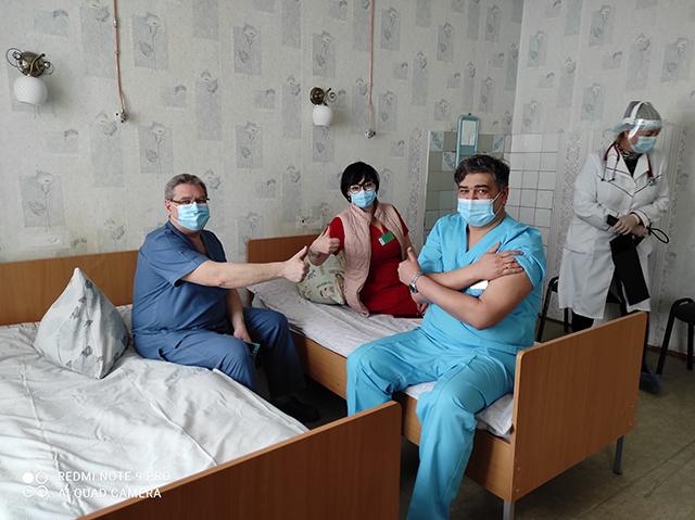 Перший вакцинований від коронавірусної інфекції на Чернігівщині – завідувач загально-соматичного відділення з ліжками інтенсивної терапії КНП «Чернігівська обласна лікарня» Ігор Кузін.